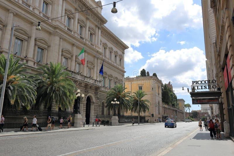 人和汽车在街道上通过Nationale在罗马 库存图片