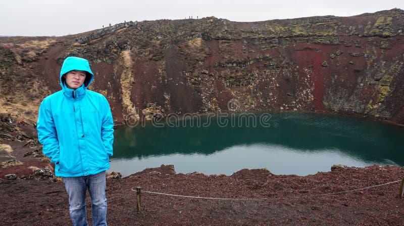 人和火山火山口孔在冰岛 库存照片
