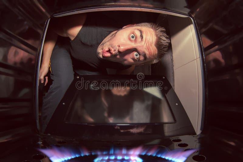 人和被点燃的烤箱 免版税库存图片