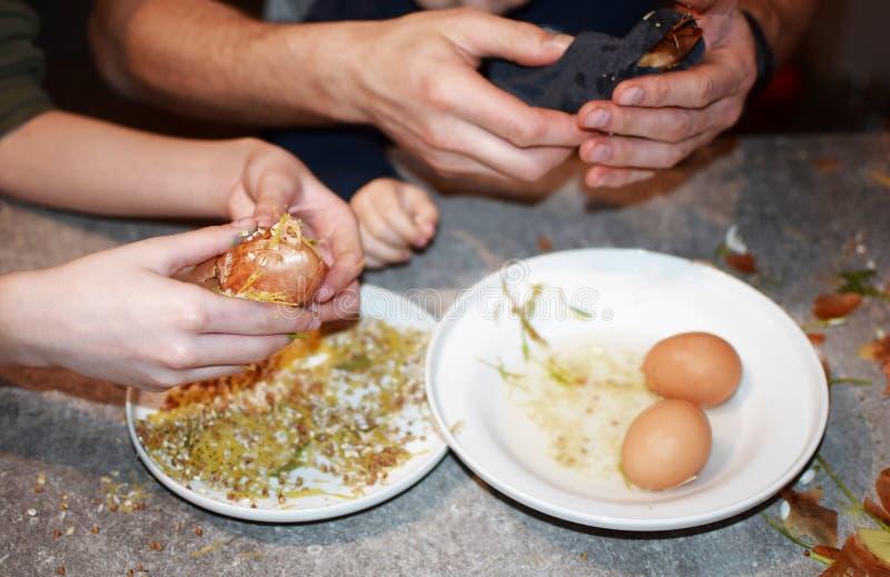 人和装饰复活节彩蛋的儿童手 库存图片