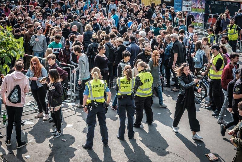 人和警察妇女人群入口的对myfest庆祝在劳动节在柏林,Kreuzebrg 免版税图库摄影