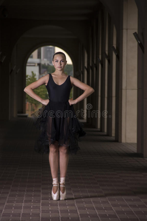 年轻人和难以置信地美丽的芭蕾舞女演员是摆在和跳舞o 免版税库存照片