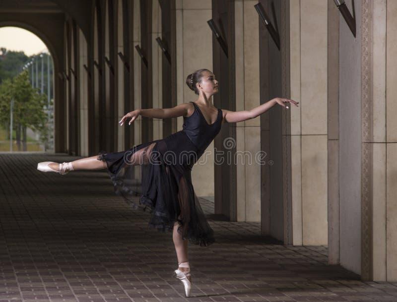 年轻人和难以置信地美丽的芭蕾舞女演员是摆在和跳舞o 免版税库存图片