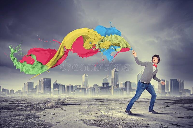 年轻人和颜色飞溅 免版税库存图片