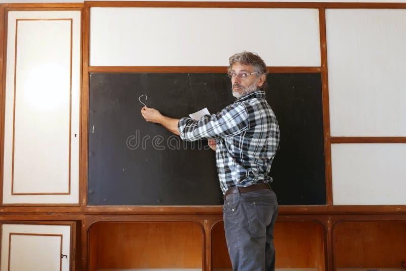人和黑板在教室 免版税库存图片