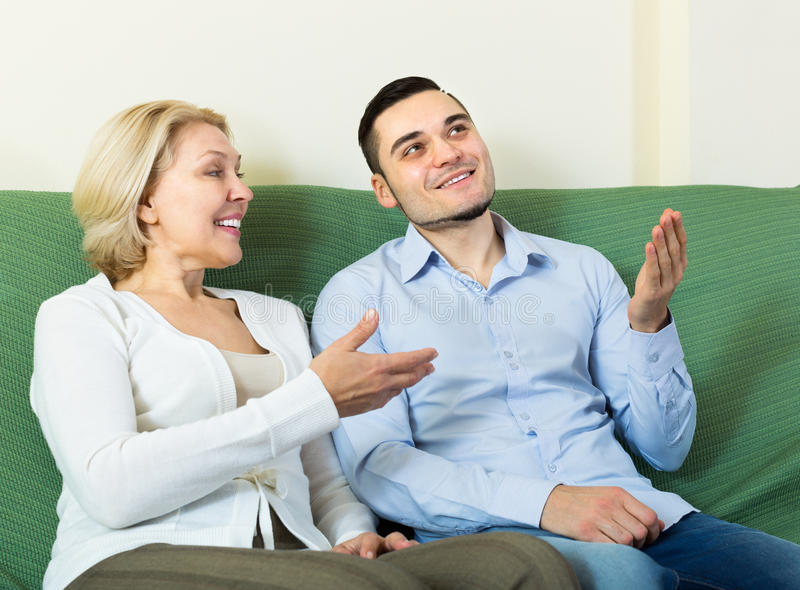 Download 年轻人和年迈的妇女谈话室内 库存图片. 图片 包括有 开会, 约会, 客户, 偶然, 通信, 和蔼可亲的 - 59101603