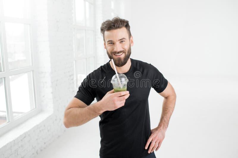 人喝新鲜在健身房 图库摄影