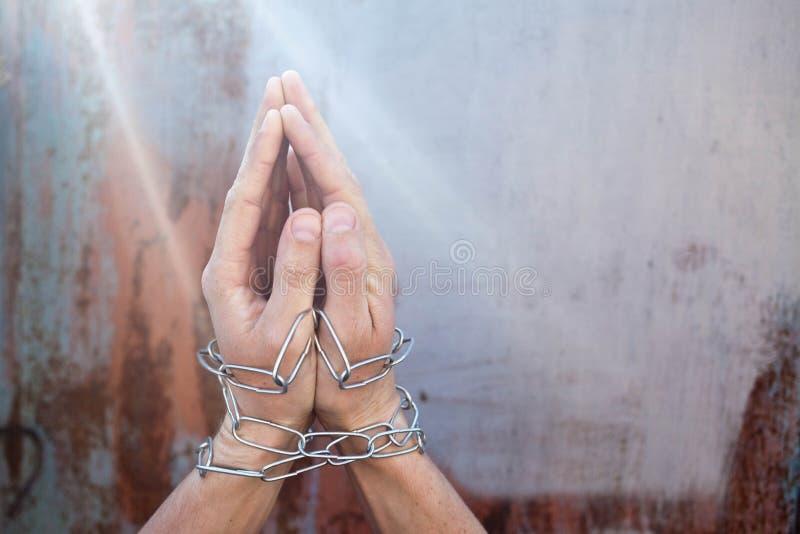 人囚犯用他的手桎梏了被囚禁 库存图片