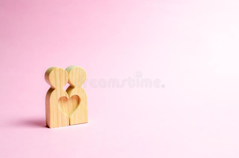 人图一起站立和形成心形 爱和关系的概念 查寻知己和约会 免版税库存照片