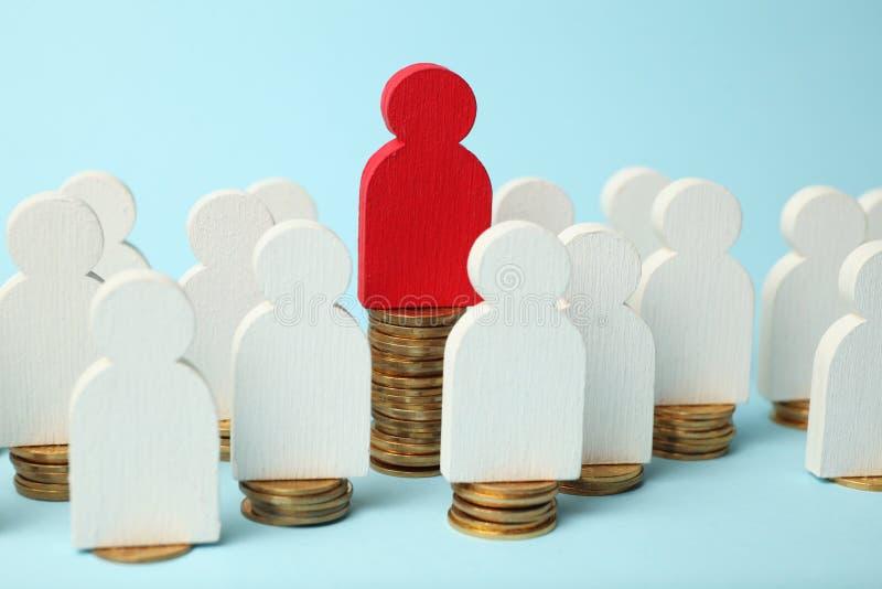 人图在堆硬币 人民的收入,退休金成长的不同的水平 库存照片