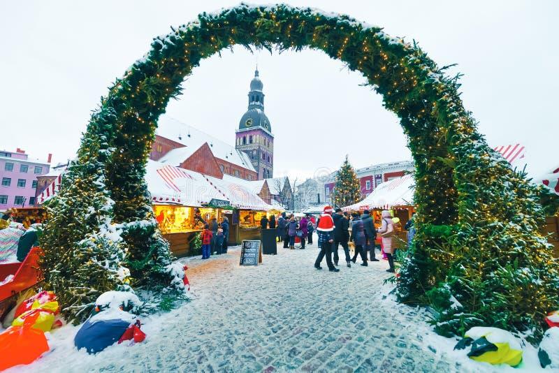 人圣诞节市场圆顶正方形Xmas树里加雪 图库摄影