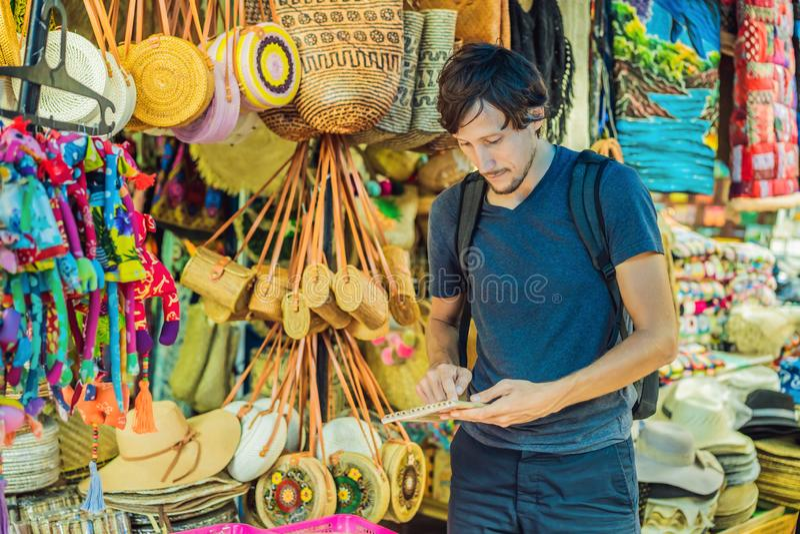 人在一个市场上在Ubud,巴厘岛 卖巴厘岛的纪念品和工艺品典型的纪念品店在著名Ubud市场上 库存照片