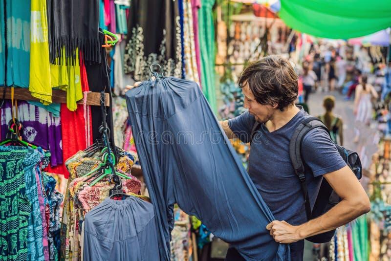 人在一个市场上在Ubud,巴厘岛 卖巴厘岛的纪念品和工艺品典型的纪念品店在著名Ubud市场上 免版税库存照片