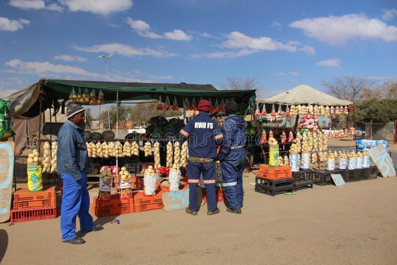 人在一个摊位的购买物品与菜和果子 图库摄影