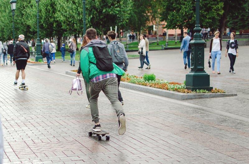 人在亚历山大公园乘坐一个滑板在市莫斯科 免版税图库摄影