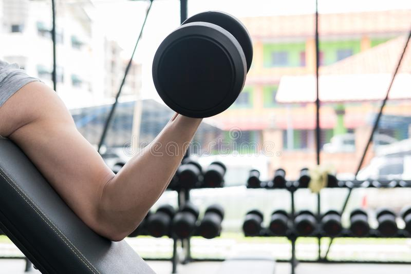 人在健身房的推力哑铃 爱好健美者男性解决在fitnes 免版税图库摄影