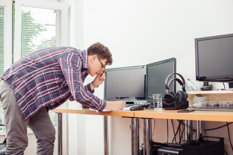 人在办公桌的文字文件 免版税库存图片