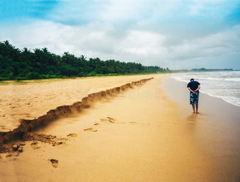 人在印度洋的海滩走在斯里兰卡的海岛上 免版税库存图片