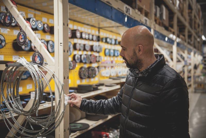 人在名牌货商店工具和材料选择 库存照片