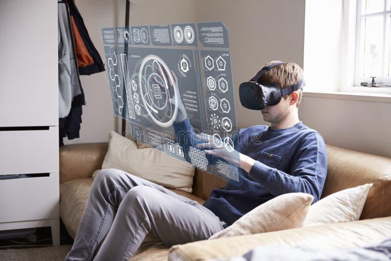 Download 人在家坐佩带虚拟现实耳机的沙发 库存照片. 图片 包括有 创新, 全息图, 玻璃, 科学, 招待, ambuscader - 72356452