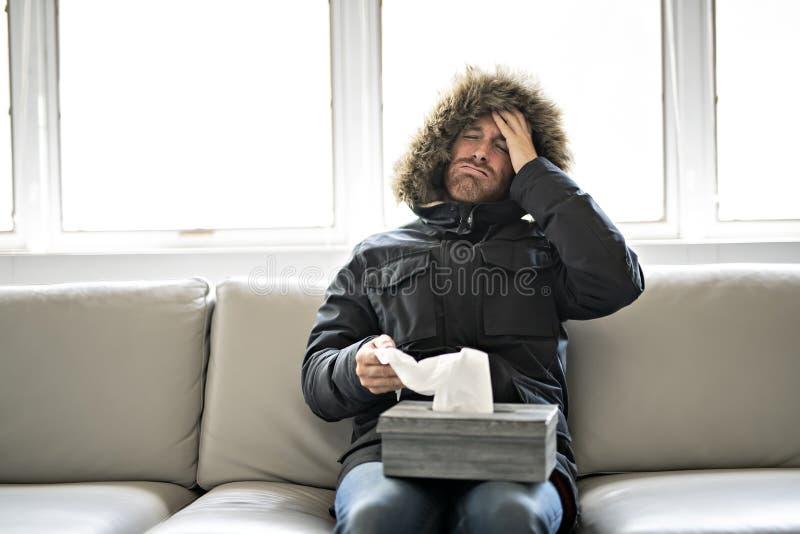 人在家有在沙发的流感有冬天外套的 库存图片