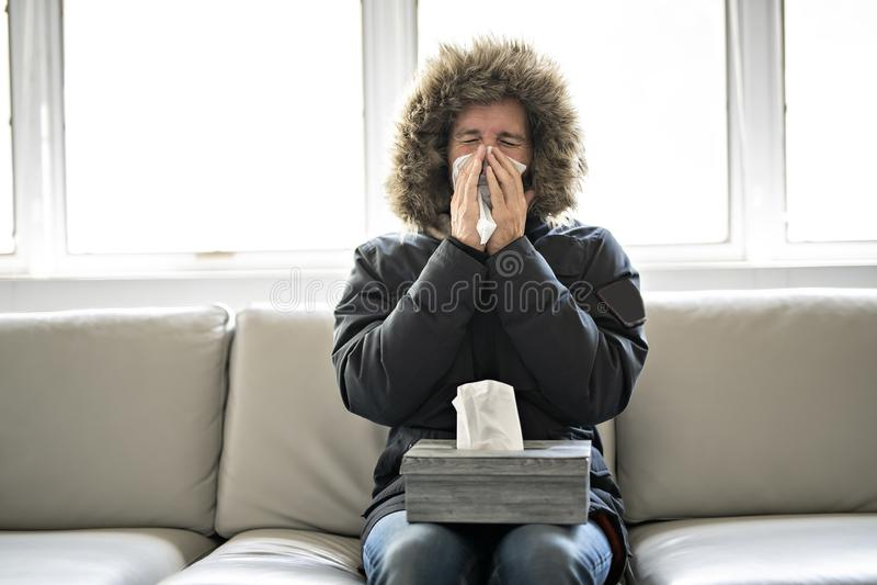 人在家有在沙发的流感有冬天外套的 库存照片