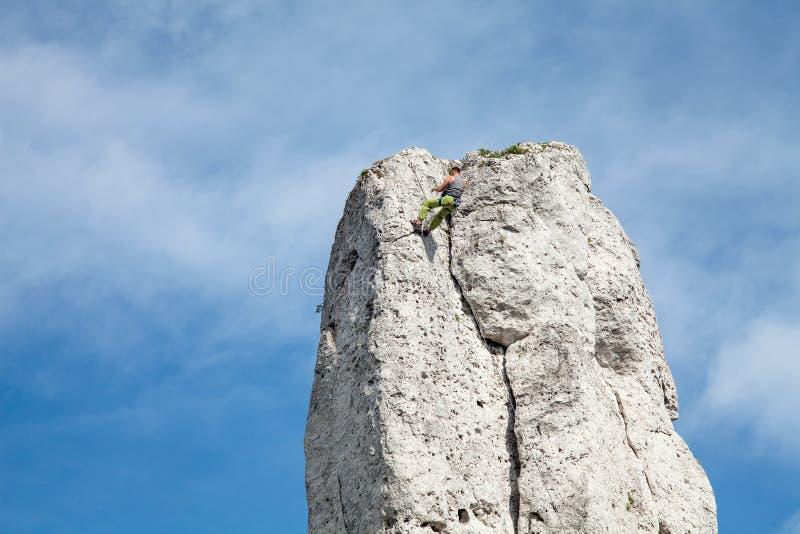 人在山的上面上升 攀岩与系住 学会攀登山 免版税库存照片