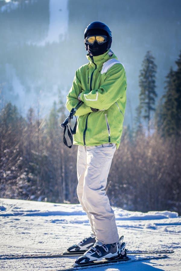 年轻人在山滑雪 免版税库存图片