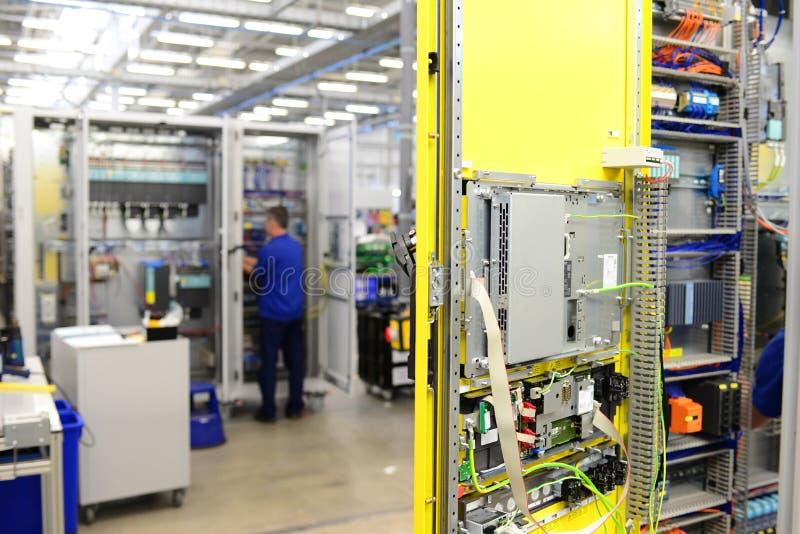 人在工厂fo装配在机器的电子元件 免版税库存图片