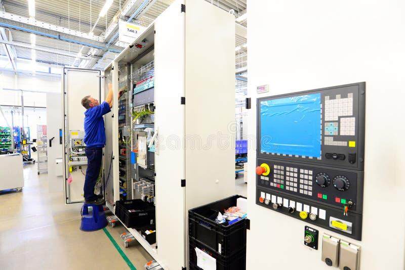 人在工厂fo装配在机器的电子元件 图库摄影