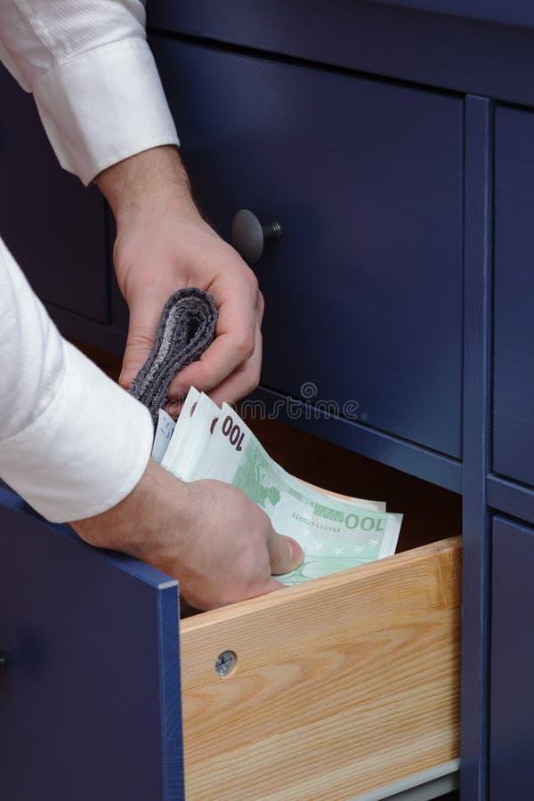 人在抽屉的欧元掩藏一个薪金 库存图片