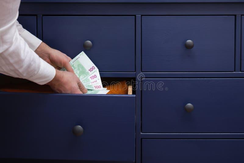 人在抽屉的欧元掩藏一个薪金 免版税库存图片