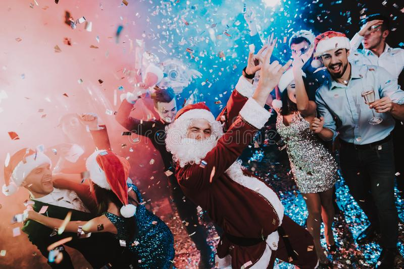 人在新年晚会的圣诞老人服装 库存照片