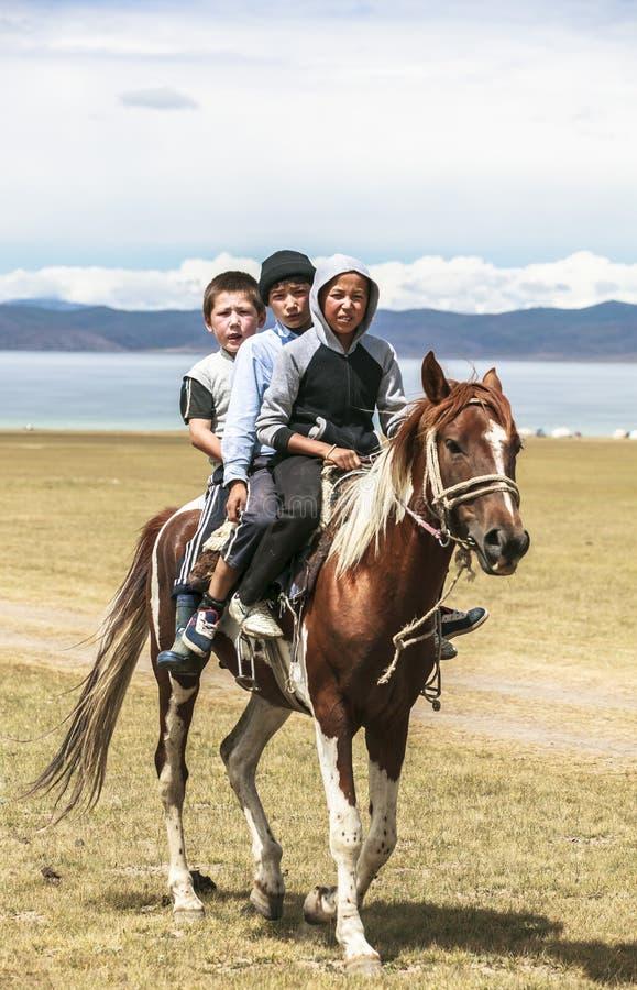 Download 人在歌曲Kul湖骑马在吉尔吉斯斯坦 编辑类库存照片. 图片 包括有 beautifuler, 文化, 夫妇 - 59106648