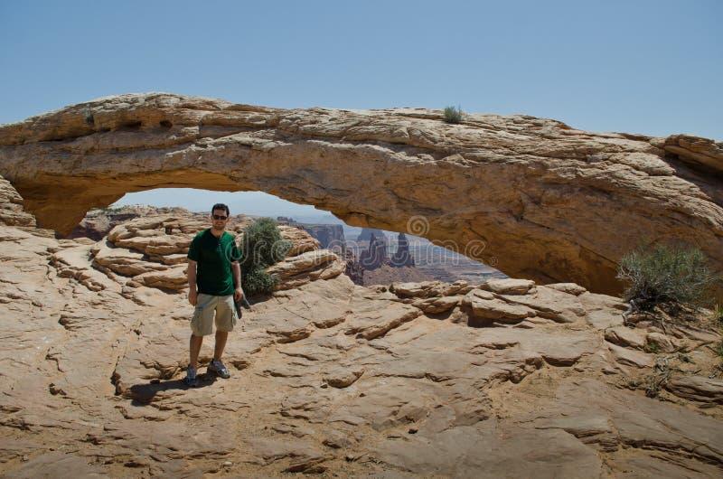 年轻人在沙漠 免版税库存图片