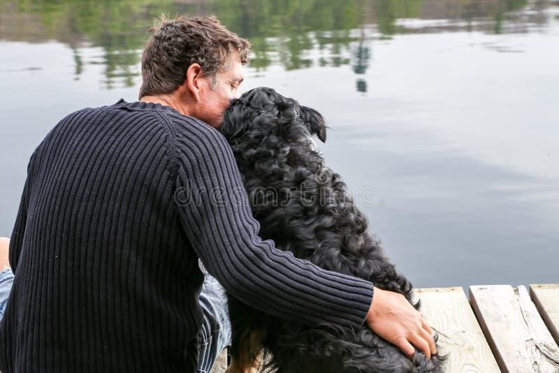 Download 人在湖偎依狗 库存照片. 图片 包括有 忠诚度, 偎依, 拥抱, 加拿大, 可以, 早晨, 热爱, 平静 - 62525914