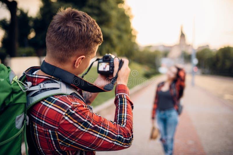 人在照相机,妇女姿势做射击,远足 库存图片