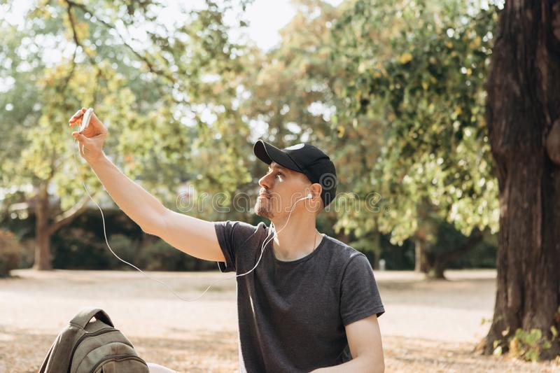 人在秋天公园 免版税库存照片