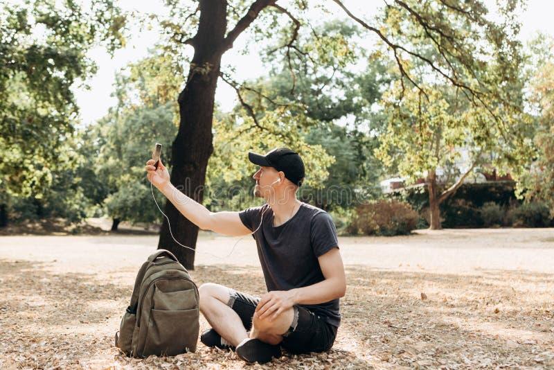 人在秋天公园 免版税库存图片