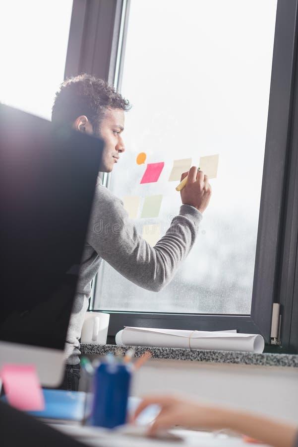 人在窗口的文字贴纸 图库摄影