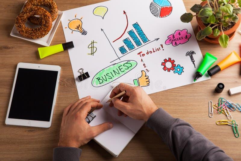 人在笔记本的手文字顶视图  分析在书桌上的财政工作者统计数字在办公室 免版税库存照片