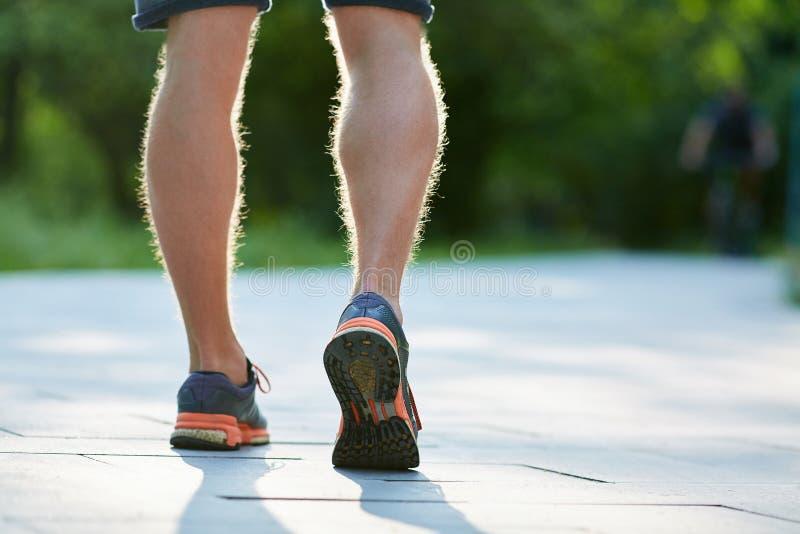 人在绿色背景的公园跑步 免版税库存照片
