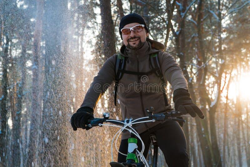 人在自行车冬天 自行车冬天雪 免版税库存照片