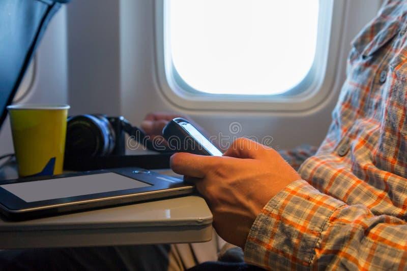 人在航空器的浏览小配件的手 库存图片