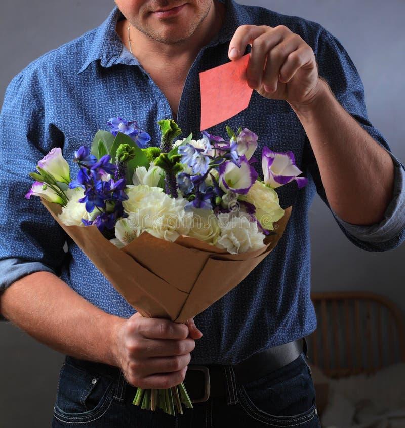 Download 人在花束掩藏笔记 库存照片. 图片 包括有 花束, 现有量, 建议, 婚礼, 新郎, 说明, 附注, 接受 - 62532112