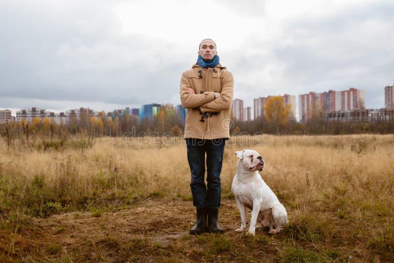 人在草坪的训练狗 免版税库存照片