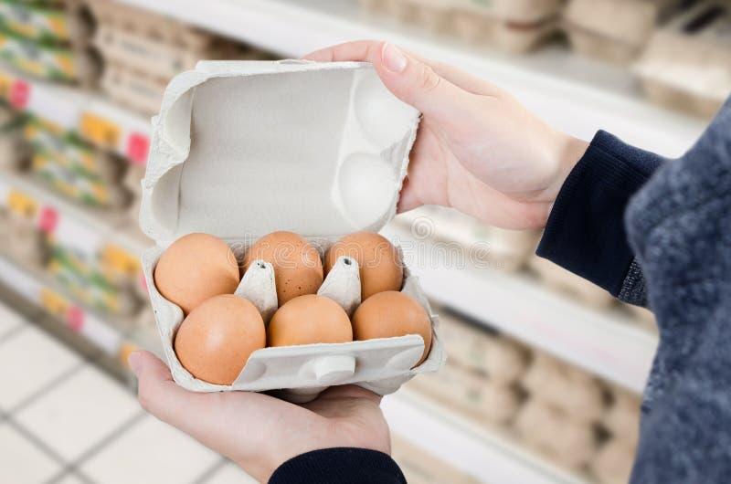 人在超级市场买鸡蛋 库存照片