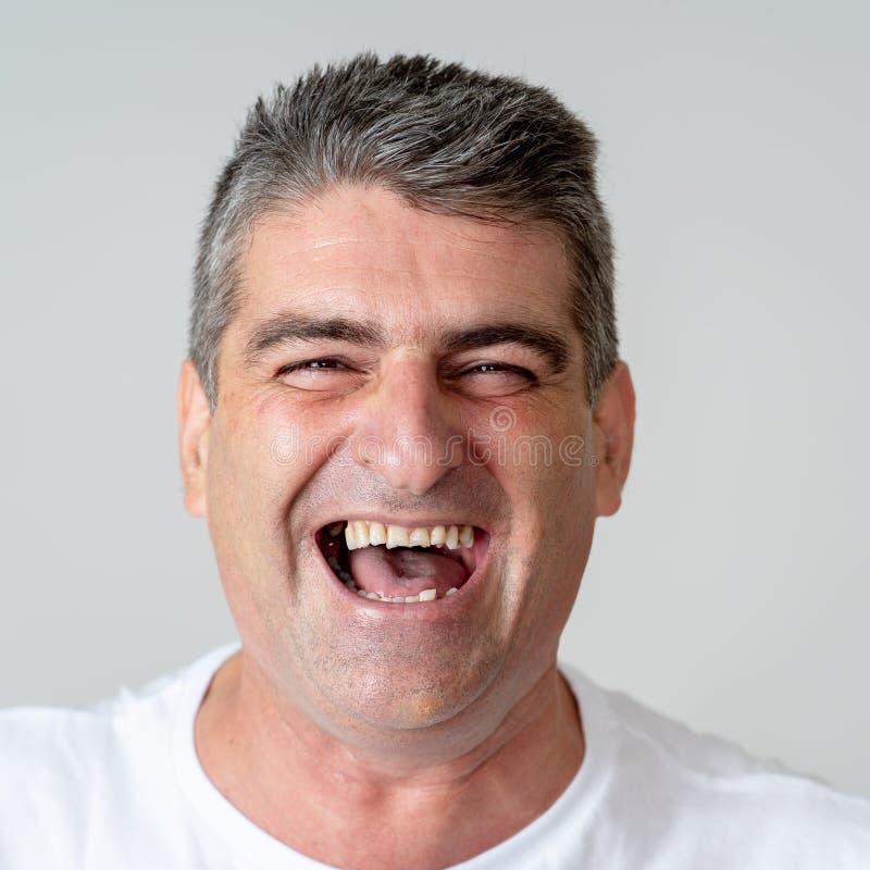 人在达到高兴他的目标,喝酒抽奖或有巨大成功在面孔表示人的情感惊奇和 免版税图库摄影