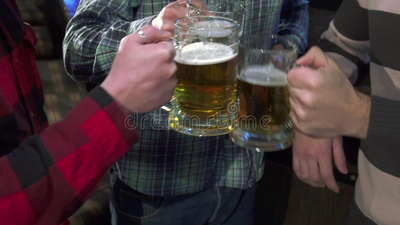 人在酒吧柜台附近的饮料贮藏啤酒 免版税库存照片