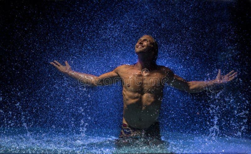 人在雨下的水中 免版税库存图片